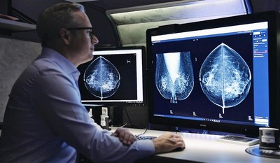 Dr. Fredrik Strand using Lunit INSIGHT MMG to detect breast cancer in mammography image