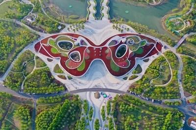 El Pabellón del Siglo de la 10.ª Exposición de Flores de China tiene la forma de una mariposa gigante. (PRNewsfoto/The 10th China Flower Expo News Center)