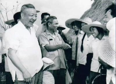 Fotografía de archivo de Xi Zhongxun (derecha) hablando con personas en la provincia de Guangdong, China. (PRNewsfoto/CCTV+)
