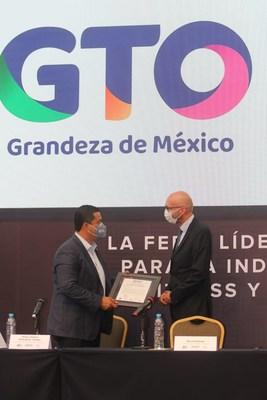 Diego Sinhue Rodríguez Vallejo, Gobernador de Guanajuato y Bernd Rohde, Director General de Hannover Fairs México en la entrega del nombramiento de Guanajuato como sede de México Active and Sport Expo 2021.