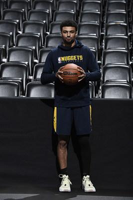 Jamal Murray, miembro del equipo asesor de Wilson y armador de los Denver Nuggets, sostiene el nuevo balón oficial de la NBA.